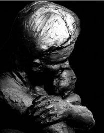 Mother with her child (Sculpture)